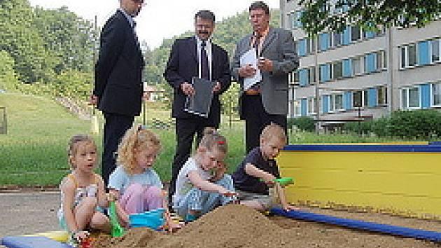 Robert Terrich, Vladimír Vopelka a Ivan Rychetský s dětmi na novém hřišti.