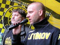 Předseda litvínovského hokejového fanklubu Jan Ptáček (s mikrofonem) a generální manažer HC Verva Litvínov Robert Kysela při zahájení srazu.