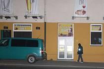 Zakuklení policisté elitního útvaru do večerních hodin prohledávali restauraci Svět i její okolí