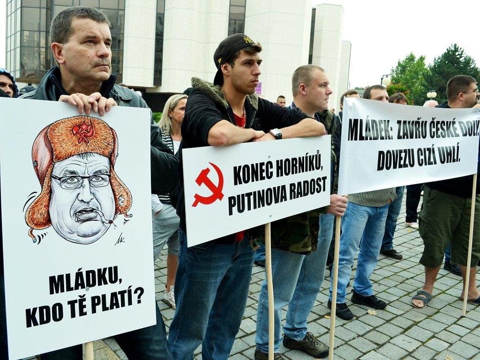 Na volebním mítinku ČSSD v Mostě v úterý 7. října odpoledne protestovali horníci z Mostecka.
