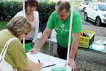 Lidé podepisují petici za referendum o hazardu v Mostě.