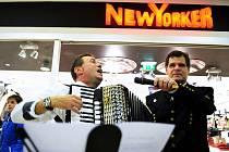 Slavnost svaté Barbory v Mostě. Hornická kapela Mostečanka zahrála v Centralu, kudy prošel průvod.