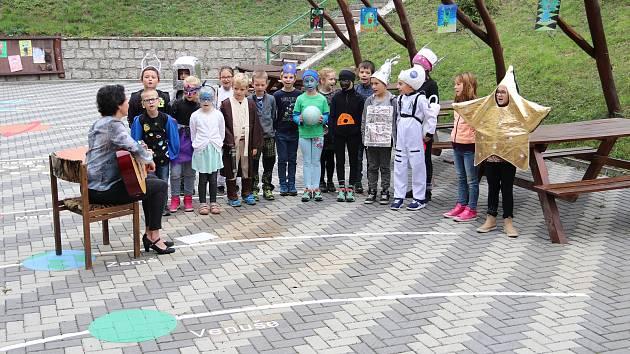 Žáci ze Základní školy Meziboří zazpívali mezi planetami.