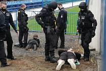Někteří mostečtí fanoušci byli zadrženi policií.