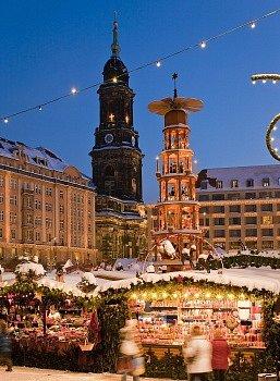 Vánoční trh vDrážďanech se slavnou pyramidou.