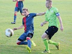 Fotbalisté Souše (v modrém) hrají v sobotu na domácím hřišti.