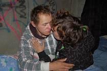 Bezdomovci Jára a Petra se loučí. S Petrou, která v naději očividně ožila, jdeme bojovat o zdravotní péči. Jára zůstává. Není mu dobře.