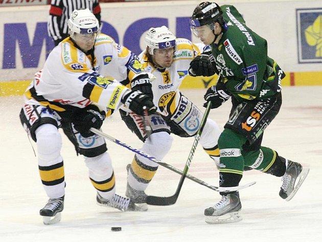 Hráči Litvínova (ve světlých dresech) doma porazili Karlovy Vary.