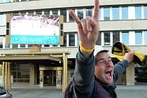 Fanoušek se u velké obrazovky na mostecké radnici raduje z vítězství Litvínova při loňském finále extraligy.