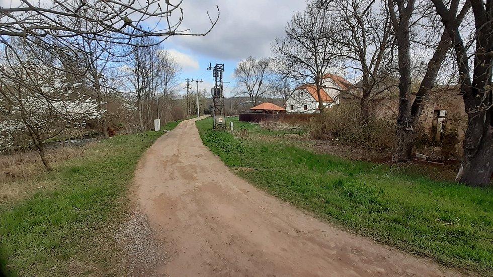 Na okraji Mostu, u řeky Bílina, vzniká nová cesta pro pěší. Spojí Rudolice s městem.