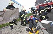 Tři hasičské jednotky zasahovaly u požáru skladu barev