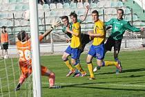 Mostecký Procházka střílí v posledním druholigovém zápase letošní sezony branku Varnsdorfu.
