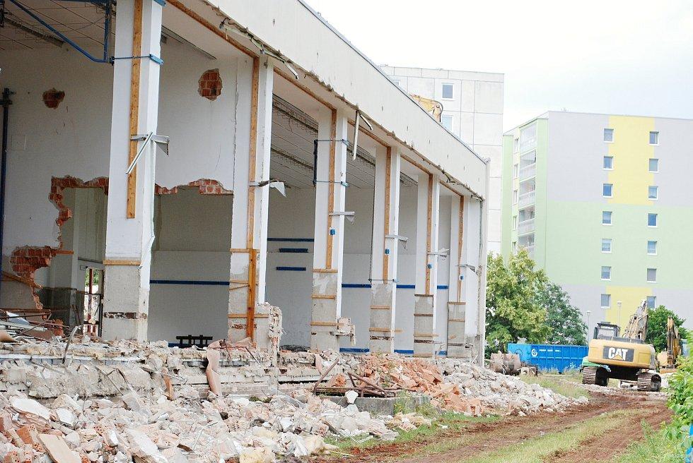 Největší pavilon bývalé 17. ZŠ v Mostě padl.