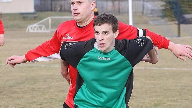Jiřetínský kanonýr Tomáš Režný (v zeleném) se v sobotu představí v derby na trávě Souše.