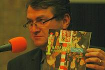 Hejtman Jiří Šulc ukazuje na řečnické tribuně časopis s fotkami radní Hany Jeníčkové, která řeže hraniční sloup s českým státním znakem. Šulc Jeníčkovou přirovnal k sudetským extrémistům z éry Adolfa Hitlera.