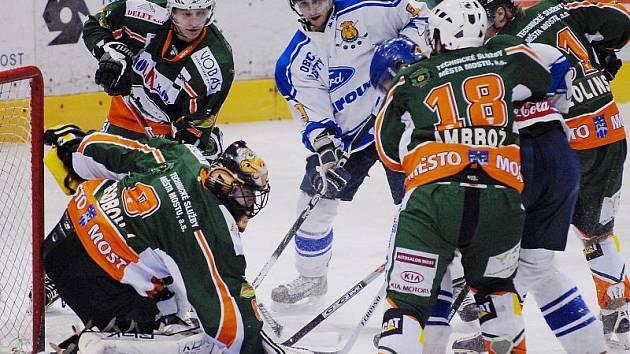 Mostečtí hokejisté (v zeleném) srovnali stav série s Řisuty na 2:2.