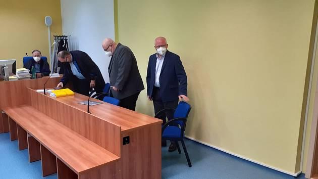 Obžalovaní chemici před zahájením líčení ve čtvrtek 20. května.