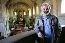 Místostarosta Horního Jiřetína Vladimír Buřt v jiřetínském kostele. Pokud těžaři získají uhlí pod městečkem, kostel zmizí.