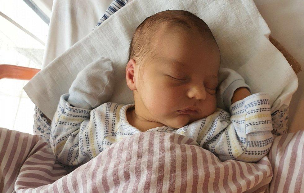 Dominik Bubeník se narodil 4. 11. 2020 v 5.45 hodin rodičům Zuzaně Krejčí a Tomáši Bubeníkovi. Vážil 3,82 kg a měřil 49 cm.