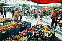Takhle vypadají farmářské trhy v sousedním Mostě.