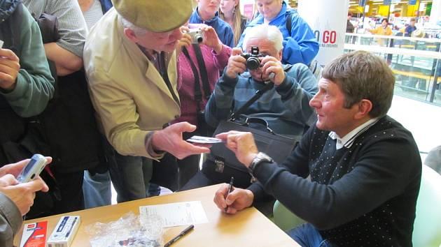 Žokej Josef Váňa se podepisoval v mosteckém Centralu.