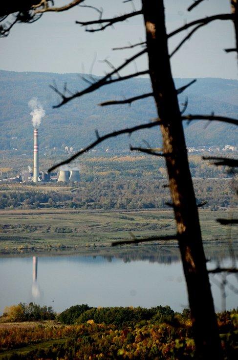 Pohled z vrchu Špičák na jezero Most v pozadí s chemičkou