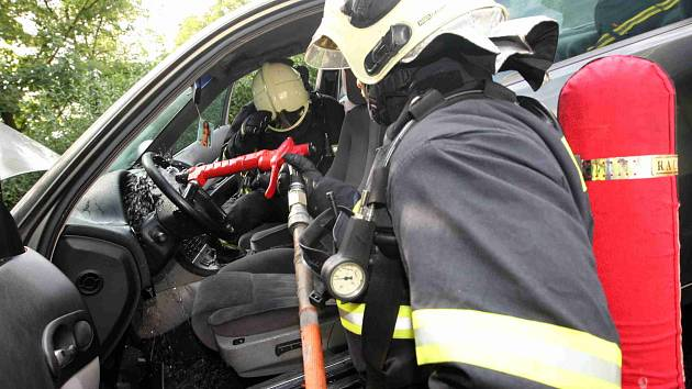 Hasiči likvidují požár elektroinstalace auta
