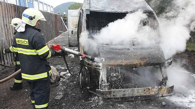 Dodávku převážející benzin zachvátily plameny