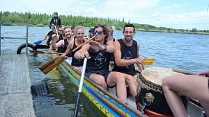Na Matyldě v Mostě soutěžili dračí lodě