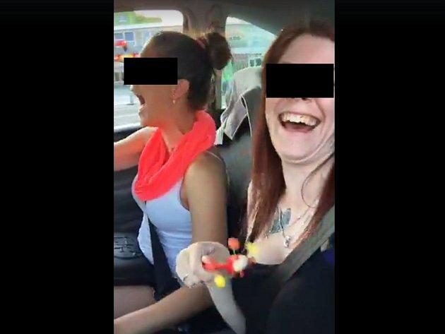 Dívky na videu, které se šíří přes sociální síť, natočily svou bezstarostnou jízdu a záhy itragickou nehodu
