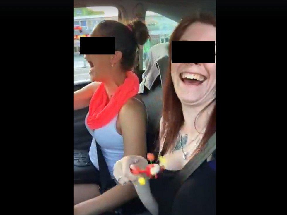 Dívky na videu, které se šíří přes sociální síť, natočily svou bezstarostnou jízdu a záhy i tragickou nehodu