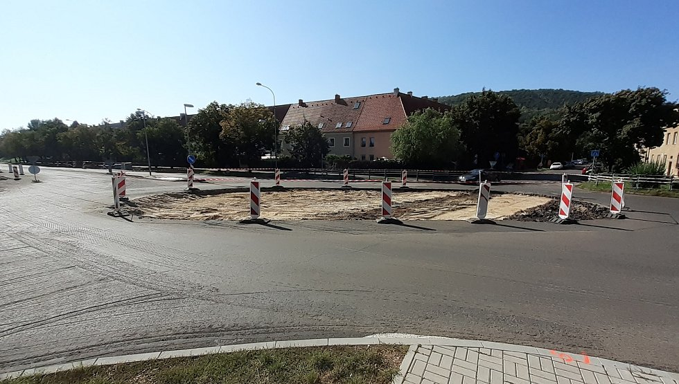 Střed křižovatky ulic SNP - Pod Resslem - Alej Boženy Němcové v Mostě se mění na kruhový objezd