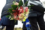 Bourání prvního ze dvou poškozených paneláků v Chánově, čtvrtek 24. listopadu. Květiny pro ministryni.