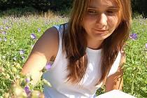 KRVAVEC TOTEN. Jana Skácelíková určuje název léčivé rostliny na louce v Chanově. Kořen obsahuje látky, které pomáhají například při zánětech hltanu a odstraňují bolestivé poruchy polykání.