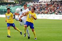V době, kdy fotbalisté Baníku Most hráli I. ligu, působila v jeho dresu celá řada cizinců. Jedním z nich byl Kanaďan Hainault (uprostřed).