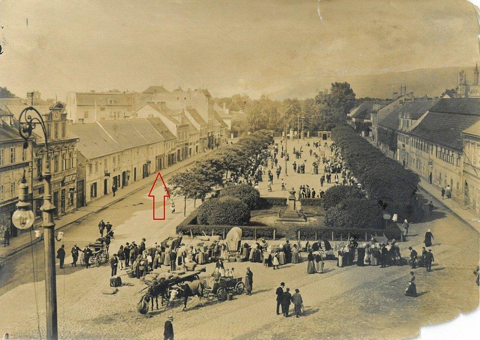 Náměstí Míru s rodným domem Schlesingera před rokem 1918