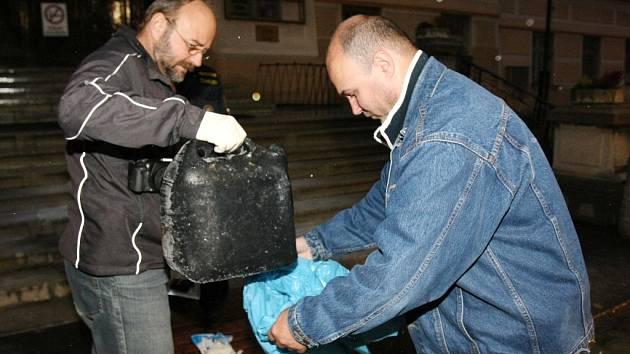 V roce 2012 se pokusil upálit muž u soudu v Litoměřicích. Polil se hořlavinou a s popáleniny na devadesáti procentech těla byl transportován vrtulníkem do Prahy. Na snímku policisté s kanystrem.