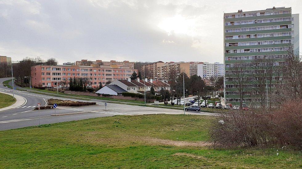 Toto je mostecké sídliště Pod Lajsníkem. Název má podle kopce Lajsník na okraji obytné zóny.