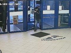 Záběr z videa. Tohoto muže policie hledá.