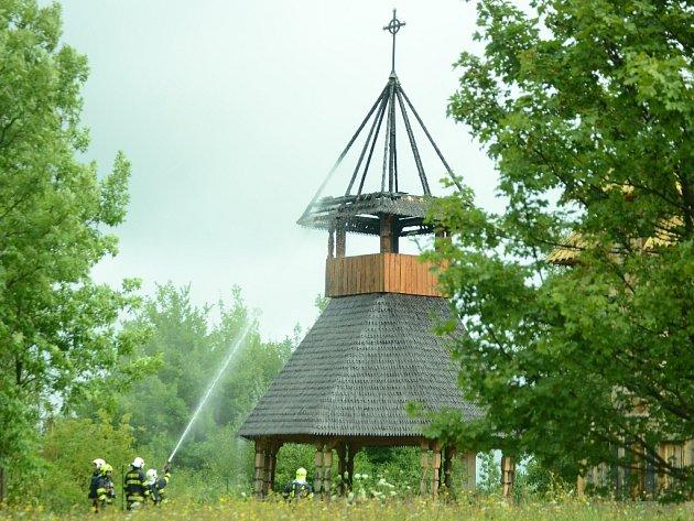 Hasiči kropí vyhořelý altán v areálu pravoslavného kostela v Mostě. Samotný kostel, který je nedaleko nehořel a je v pořádku.