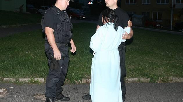 Mostečtí strážníci našli na ulici dezorientovanou ženu v županu.