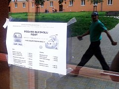 Reklama na rozvoz alkoholu v domě ve Stovce, kde sídlí dětský klub. Kontakty na objednávku redakce zakryla.