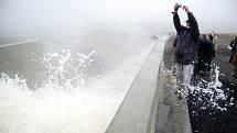 Napouštění jezera Most místní velmi zajímalo. Začalo v říjnu 2008