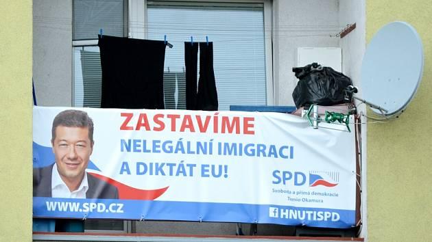 Volební plakát na domu v centru Mostu.