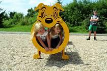 V Poleradech mají od včerejšího dne zdejší děti možnost využívat na hraní zbrusu nové dětské hřiště.