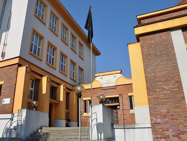 Černá vlajka před gymnáziem.