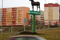Maketa koně na kruhovém objezdu u Intersparu.