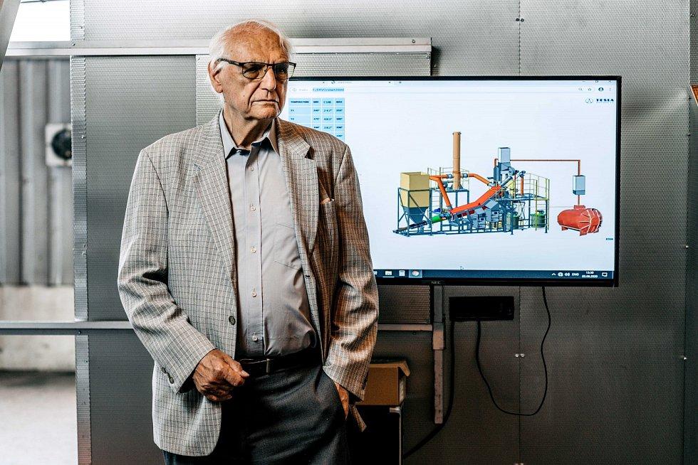 Člen vědeckého týmu Stanislav Štýs představuje technologii ERVO, která stojí v hale nedaleko Mostu.