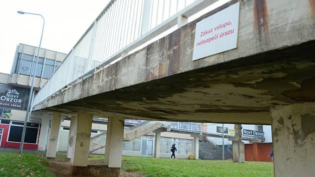 Rampa u bývalého obchodního střediska Obzor v Mostě je ve špatném stavu