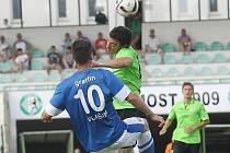 Baník Most (v zeleném hlavičkuje Rosendo) přetlačil Vlašim 2:0.